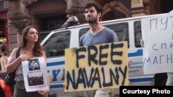 Протестующие у здания представительства России при ООН в Нью-Йорке