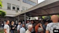 Луѓе чекаат ред за вакцинација во Тетово