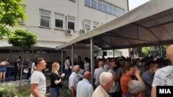 Луѓе во Тетово чекаат ред за вакцинација