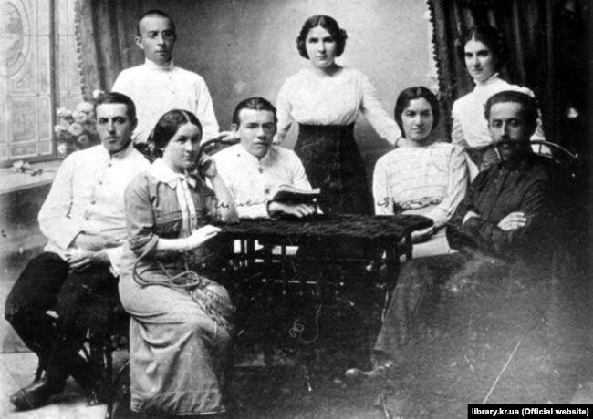 Члени просвітницького гуртка в Олександрії, яким керував Дмитро Чижевський (за столом з книгою, перший ряд зліва)