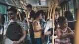 Троллейбусы забиты людьми, в тесноте много пассажиров без масок.