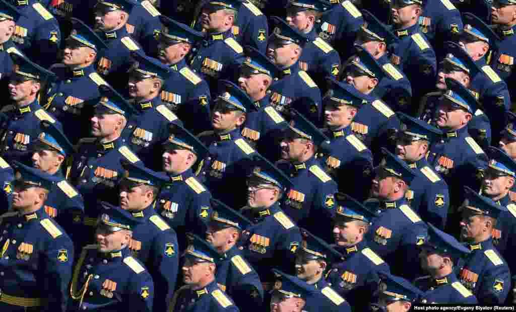Російські військовослужбовці шикуються на параді Перемоги