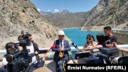 Еще в марте 2021 года официальные лица Кыргызстана предупреждали, что уровень воды в водохранилище тревожно низок – 8,7 миллиарда кубометров, что намного ниже объема хранилища – 19,5 миллиарда кубометров.