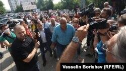"""Бойко Борисов влиза в Главна дирекция """"Национална полиция"""" на фона на окуражителни възгласи от множеството"""