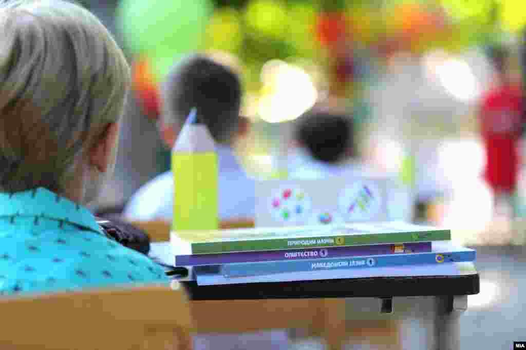 МАКЕДОНИЈА - Никој нема да биде оставен без учебници. Будно ги следиме работите и секогаш сме подготвени за сите деца во четврто одделение, каде почнува дигитализацијата на наставата, да бидат обезбедени со електронски и печатени учебници, изјави денеска премиерот Зоран Заев.