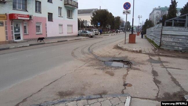 Ямы на дорогах в центре Керчи
