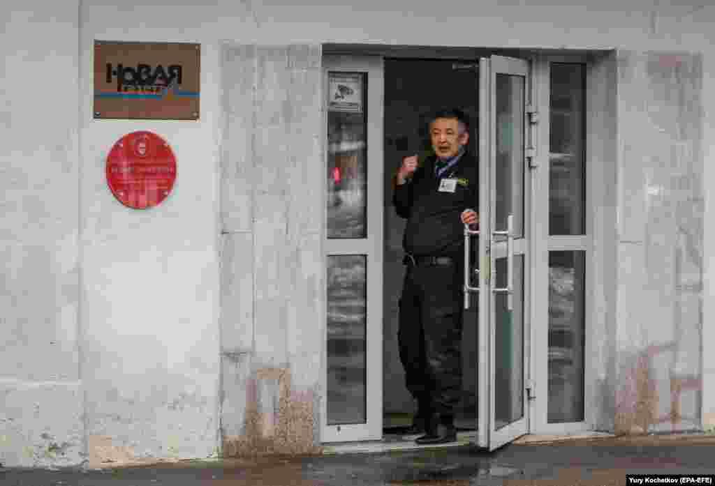Охранник у входа в редакцию «Новой газеты» в Москве, 15 марта 2021 года. Газета сообщила о химической атаке. Камера наблюдения зафиксировала, как неизвестный облил вход в офис неизвестной жидкостью. В здании распространился резкий химический запах