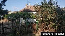 Старий будинок вкритий французькою черепицею