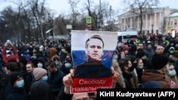 Протестная акция, участники которой требуют освобождения Навального