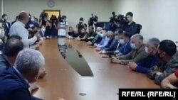 Встреча представителей властей с жителями Дманиси в здании местной мэрии