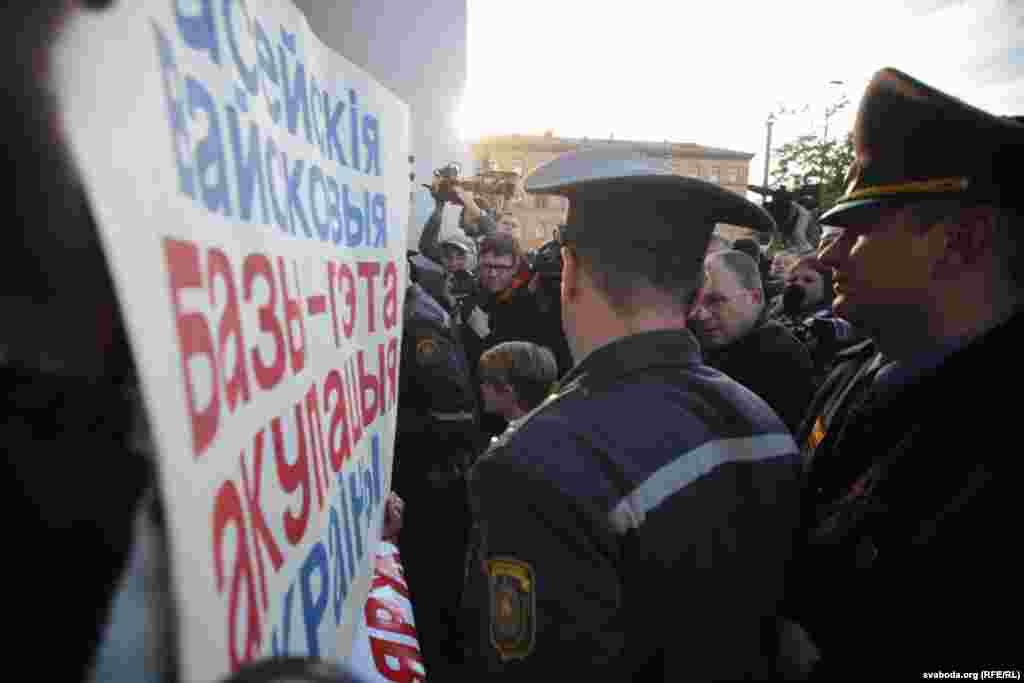 Акция не была разрешена властями, поэтому к месту проведения митинга прибыла милиция для составления протоколов о правонарушениях.