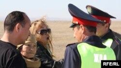 Дорожные полицейские разговаривают с правозащитницей Розой Акылбековой (третья слева) и Райхан Молдабаевой, матерью погибшего под колесами машины Евгения Жовтиса пешехода (вторая слева). Алматинская область, 20 октября 2009 года.