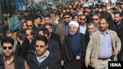 حسن روحانی در جمع راهپیمایان روز ۲۲ بهمن ۹۲