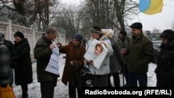 Yulia Tymoshenko supporters demonstrate near the labor camp where Ukrainian opposition leader held is imprisoned.