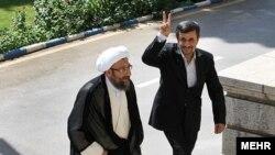 محمود احمدینژاد در سالهای اخیر روابط پرتنشی را با برادران لاریجانی، روسای قوه قضاییه و قوه مقننه ایران، داشته است.