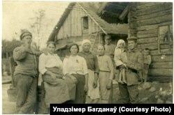 Нямецкія салдаты са смаргонскімі дзяўчатамі, ліпень 1916 году