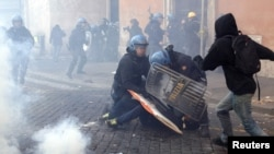 Анти владини демоснтрации пред Парлемнтот во Рим - 14.07.11