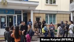 Сторонники Романа Захарова у здания суда. Алматы, 29 апреля 2019 года.