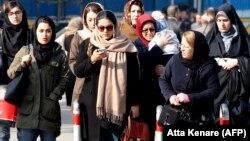 Көлік күтіп тұрған адамдар. Тегеран. 7 ақпан, 2018 жыл. (Көрнекі сурет).