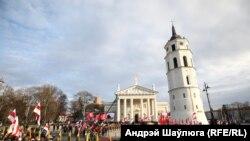 Майдан біля Кафедрального собору у Вільнюсі у день поховання повстанців 22 листопада 2019 року