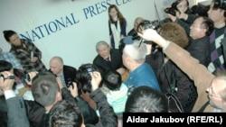 Оппозиция өкілі Владимир Козловқа жұмыртқа лақтырылған баспасөз мәслихаты. Алматы, 27 қазан 2010 жыл.