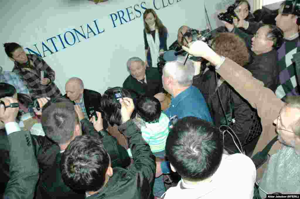 Участники сорванной пресс-конференции лидеров оппозиции - Лидеры оппозиции Владимир Козлов и Серикболсын Абдильдин продолжают давать интервью журналистам, несмотря на срыв их пресс-конференции. Национальный пресс-клуб, Алматы, 27 октября 2010 года.