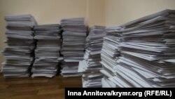 Стопка писем, подготовленных для отправки местным властям