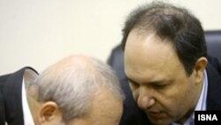 محمد سعیدی، معاون سازمان انرژی اتمی (سمت راست) در حال گفت با یکی از اعضای هیات مذاکره کننده ایران