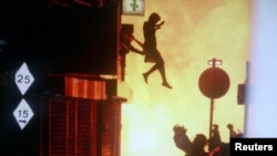 Лондон: женщина выпрыгивает из подожженного хулиганами здания