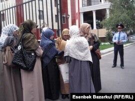 Өзбек босқындарының әйелдері жұбайларын қамаудан босатуды сұрап Алматы қалалық прокуратурасына келді. 13 қыркүйек 2010 жыл.