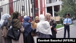 Жены задержанных узбекских беженцев-мусульман у здания прокуратуры Алматы. 13 сентября 2010 года.