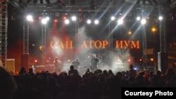 На љубителите на рок-музиката, уметникот Качев им е познат и како гитарист на хеви-метал составот Санаториум.