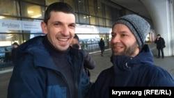 Azatlıqqa çıqqan Rustem Vaitov (soldan) ve Nuri Primov (sağdan), Moskva, Rusiye, 2020 senesi yanvarniñ 23-ü