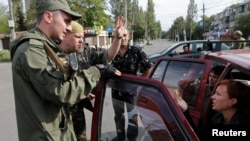 Вооруженные сепаратисты говорят с местными жителями в пригороде Донецка. 19 августа 2014 года.