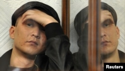 Один из подсудимых по делу о событиях в Жанаозене сидит в зале суда. Актау, 27 марта 2012 года.