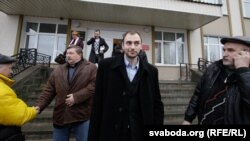 Анатоль Лябедзька, Сяргей Калякін і Аляксандар Атрошчанкаў пасьля суду ў Воршы.