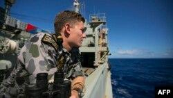 یک کشتی ارتش استرالیا در حال گشتزنی در منطقه جستوجو