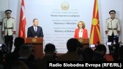 Архивска фотографија - Министрите за одбрана на Македонија и Турција - Радмила Шекеринска и Хулуси Акар, Скопје 2019 година
