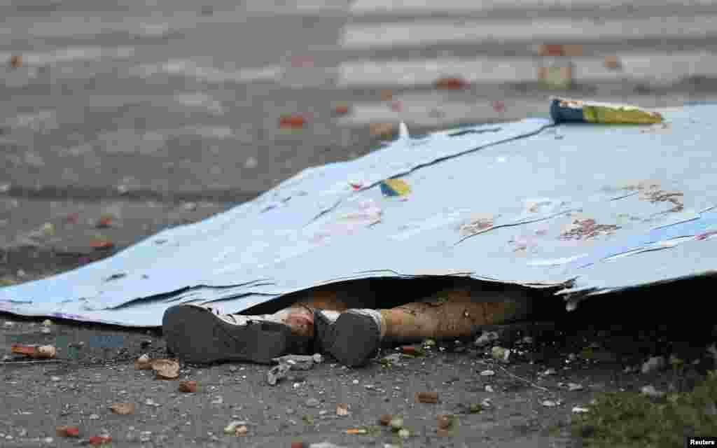 Donetsk küçələrində Ukrayna ordusunun bombardmanları ilə öldürülmüş sakin. 4 sentyabr 2014