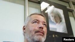 Dmitry Muratov gjatë një interviste, derisa në prapavijë shihet forografia e gazetares së vrarë Anna Politkovskaya