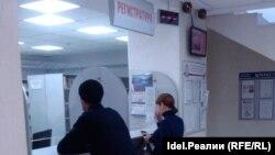 Люди у регистратуры в СПИД-центре в России.