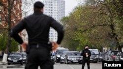 Почти сразу после аварии в дом Хаджаева приехали сотрудники полиции иувезли всех находившихся втот момент вдоме его родственников-мужчин