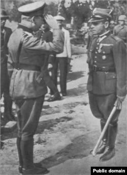 Германский офицер принимает капитуляцию польского гарнизона на Вестерплатте, 7 сентября 1939 года