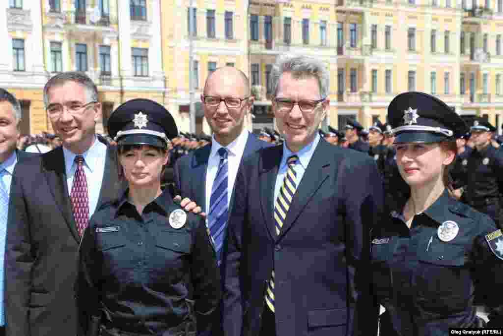 Привітати новостворену поліцію завітав також надзвичайний і повноважний посол США в Україні Джеффрі Пайєтт
