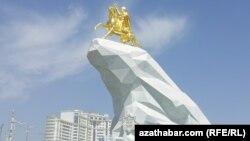 Памятник президенту Гурбангулы Бердымухаммедову.