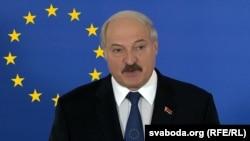 Каляж: Аляксандар Лукашэнка і сьцяг Эўразьвязу
