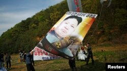 Plakat sa likom Kim Džong Una lidera Sjeverne Koreje