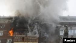 Тушение пожара в квартире, где взорвался газовый баллон. Иллюстративное фото.