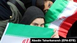 Dve žene na anti-američkim protestima u Iranu, 4. novembar 2019. godine
