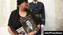 В день 21-й годовщины со дня начала войны в Абхазии в центре внимания оказался мемориал павшим за территориальную целостность в центре Тбилиси, куда пришли матери, более двух десятков лет не снимавшие траурных одежд